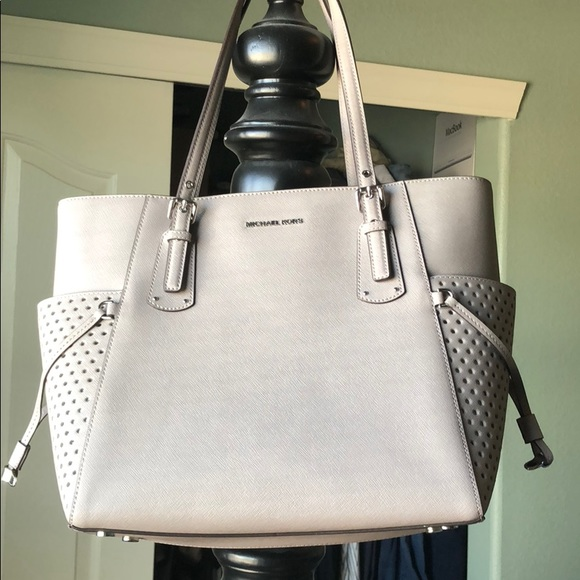 557aaf877ade Michael Kors Voyager East West Signature Tote. M 5b3967a9c2e9fe794df88069